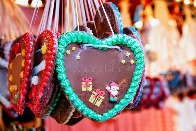 Support avec des bonbons à pain d'épice de coeur sur le marché de Noël chez Kaiser Wilhelm Memorial Church en hiver Berlin, Allem photos stock