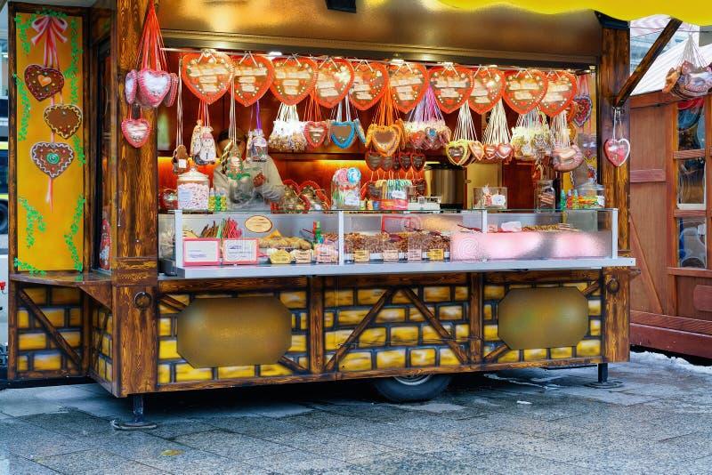 Support avec des bonbons sur le marché de Noël chez Kaiser Wilhelm Memorial Church en hiver Berlin, Allemagne Advent Fair Decorat photographie stock libre de droits