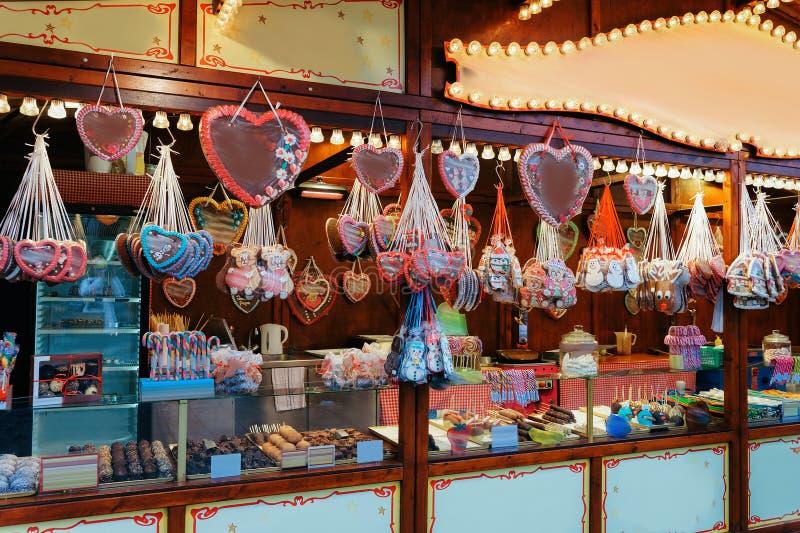 Support avec des bonbons sur le marché de Noël chez Kaiser Wilhelm Memorial Church en hiver Berlin, Allemagne Advent Fair Decorat images libres de droits
