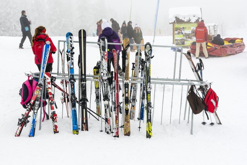 Support avec des skis et des poteaux images stock