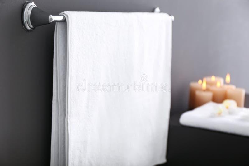 Support avec la serviette sur le mur gris photographie stock libre de droits