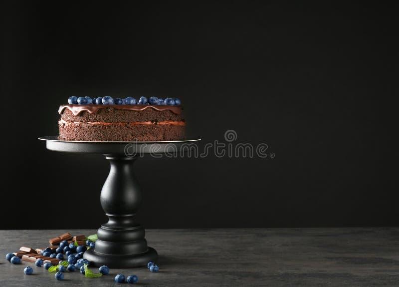 Support avec le gâteau de chocolat image stock