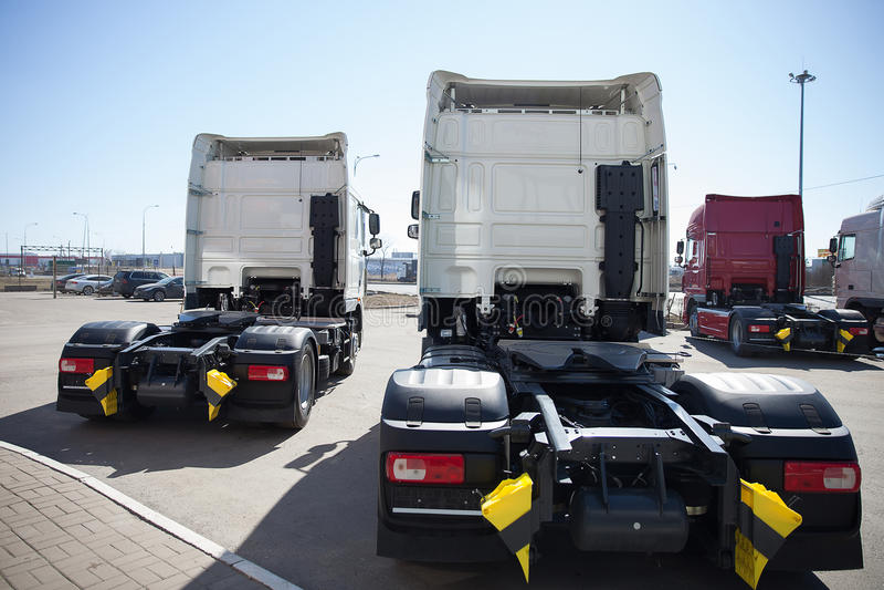 Support blanc de camions dans la ligne images stock