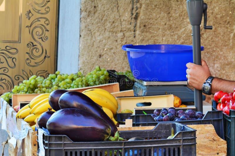 Support d'épicerie sur la rue photo libre de droits
