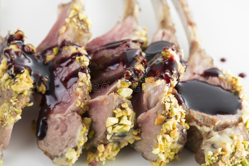 Support d'agneau rôti avec des pistaches photo stock