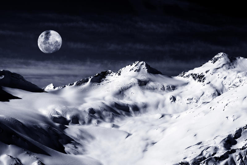 Support d'Elbrus avec la lune photos stock