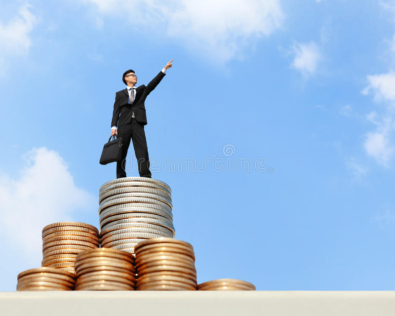 Support d'homme d'affaires sur l'argent photo stock