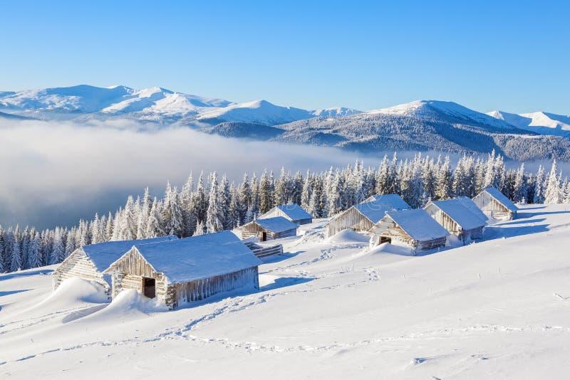 Support de beaucoup vieux de maisons couvert de neige photographie stock libre de droits