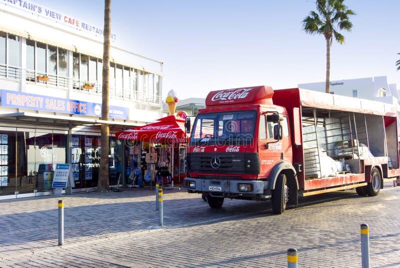 Support de camion de Coca-Cola près de boutique de détaillant sur la rue de Paphos photo libre de droits