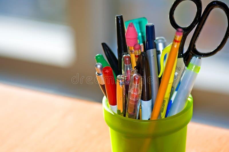 Support de crayon lecteur et de crayon sur le bureau photographie stock