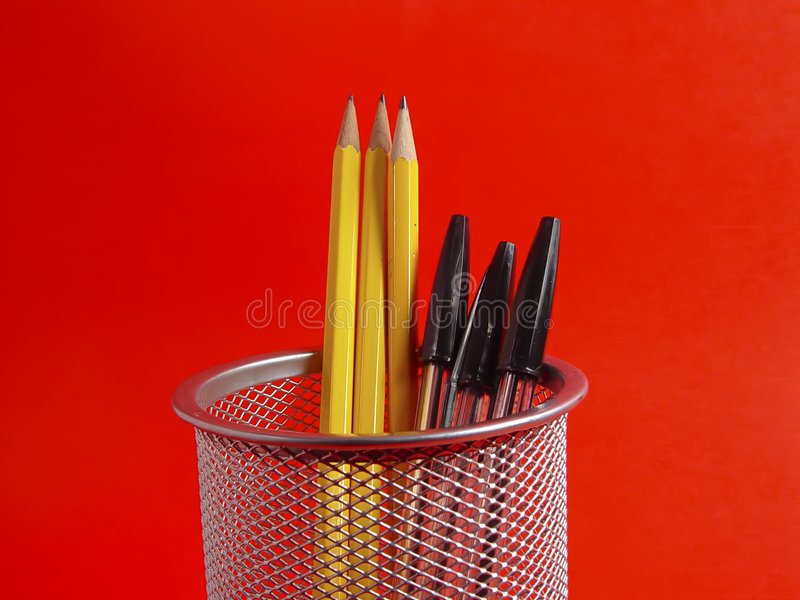Support de crayon sur le rouge photo stock