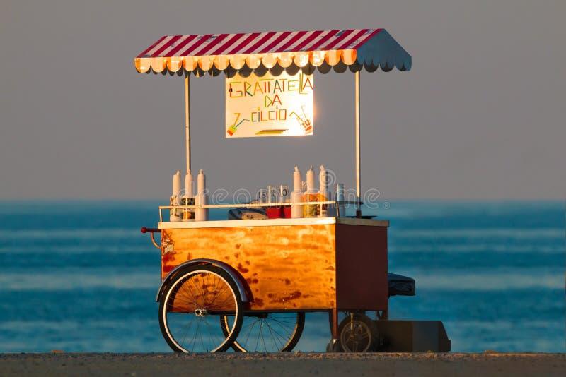 Support de Grattatella près de la mer sur le coucher du soleil photographie stock