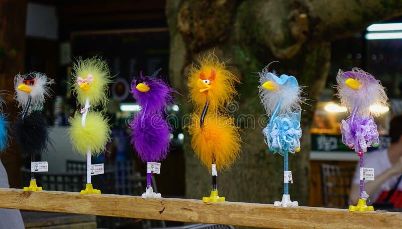 Support de jouet d'oiseau sur la ligne photographie stock libre de droits