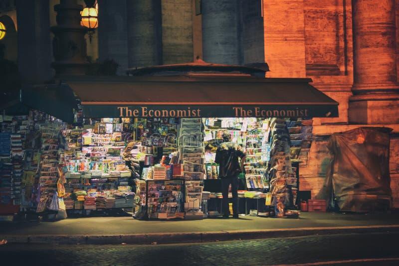 Support de journal à Rome images stock