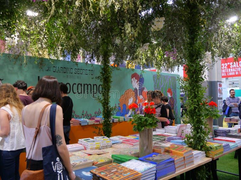 Support de livre avec la disposition bucolique dans la foire de livre internationale photos stock