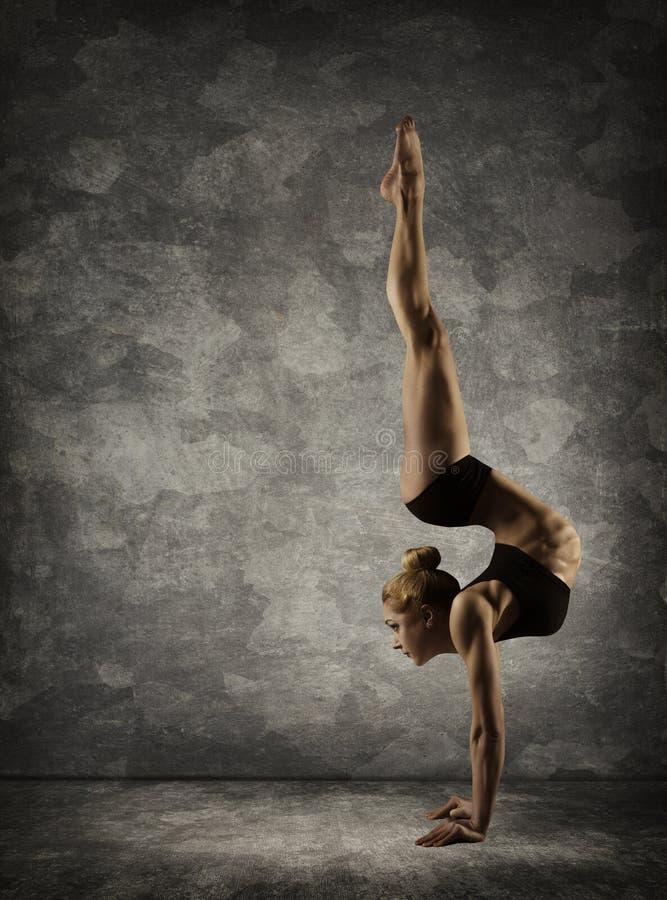 Support de main, appui renversé de femme, position de mains d'interprète d'acrobate de fille photographie stock libre de droits