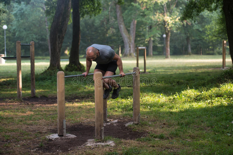 Support de main sur des barres parallèles en parc extérieur photo libre de droits