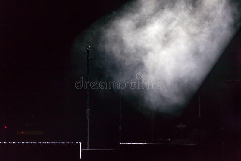 Support de microphone sur l'étape photographie stock libre de droits