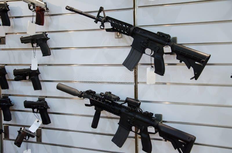 Support de mur d'arme à feu avec les fusils et le pistolet image stock