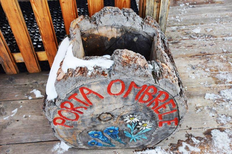 Support de parapluie fait de bois en montagnes de Dolomiti, Italie images libres de droits
