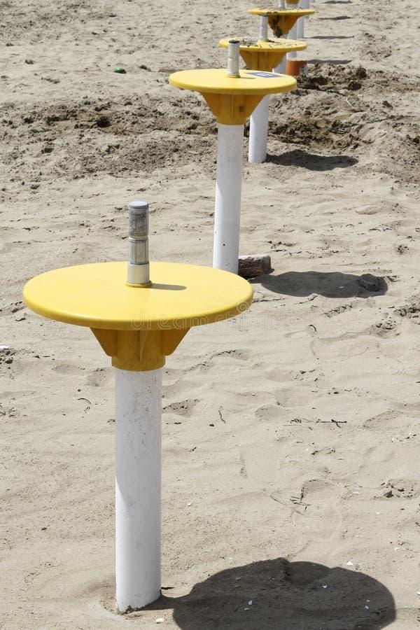 Support de parapluie sur la plage photographie stock libre de droits