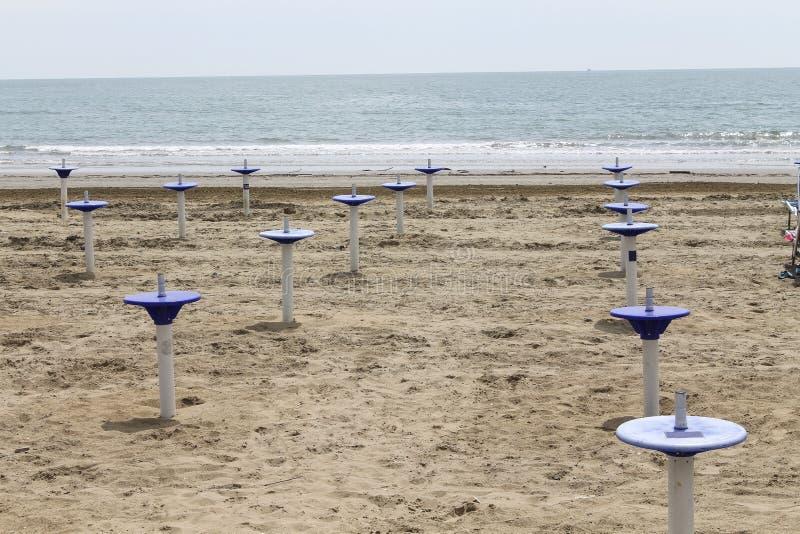 Support de parapluie sur la plage photographie stock