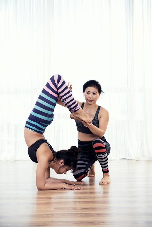 Support de pratique femelle flexible d'avant-bras de scorpion d'Acroyogi images libres de droits