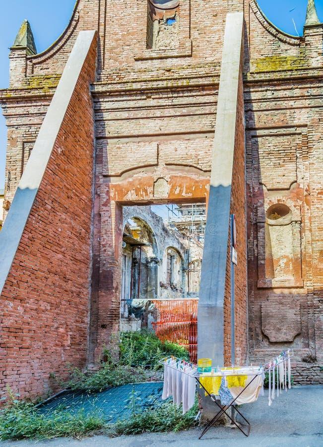 support de séchage devant des ruines historiques image libre de droits