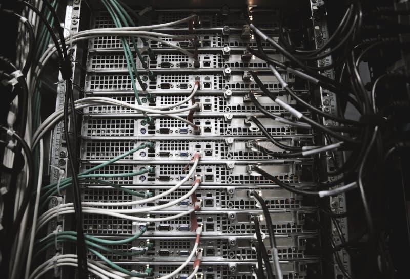 Support de serveur avec des câbles image libre de droits