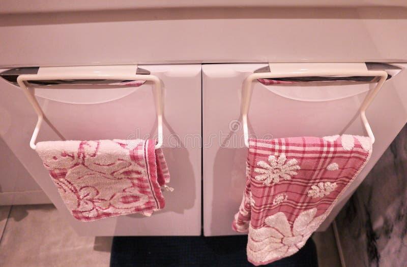 Support de serviette ? la salle de bains ou ? la cuisine La petite salle de bains ou cuisine int?rieure accessoire, aidera dans l images stock