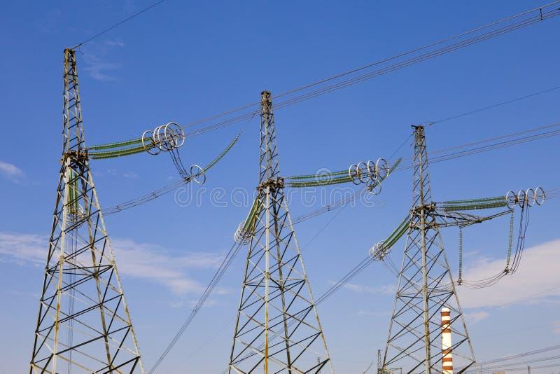 Support der Zeile der Elektrizitätsübertragungen mit stockfotos