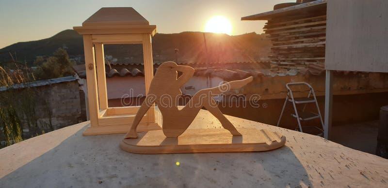 Support en bois de lanterne et de téléphone combiné avec le coucher du soleil pour créer une grande vue photo libre de droits