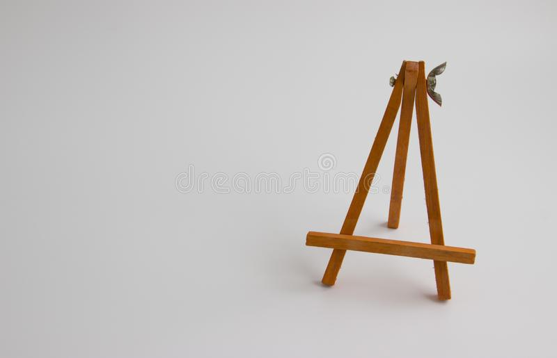 Support en bois pour des images et des photos sur un fond clair photo libre de droits