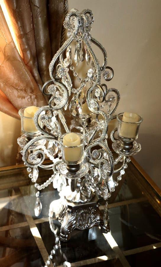 Support en cristal de chandelier sur la table en verre photos libres de droits