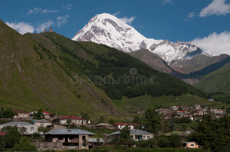 Support Kazbek et église de trinité de Gergeti photo libre de droits