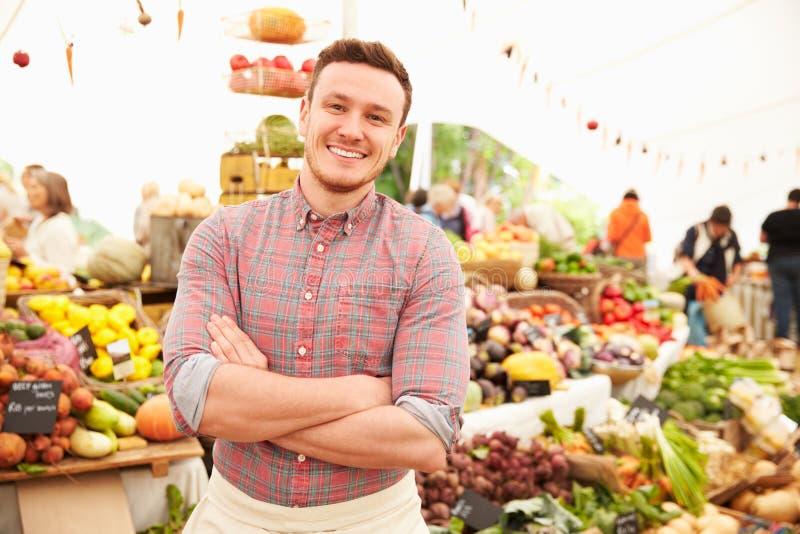 Support masculin de stalle au marché de nourriture fraîche d'agriculteurs images libres de droits