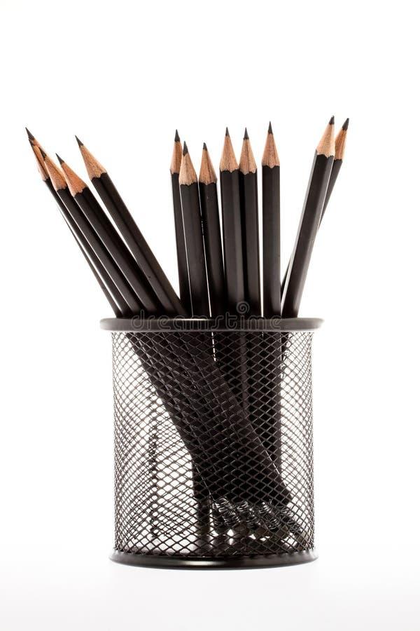 Support noir de crayon avec des crayons images stock