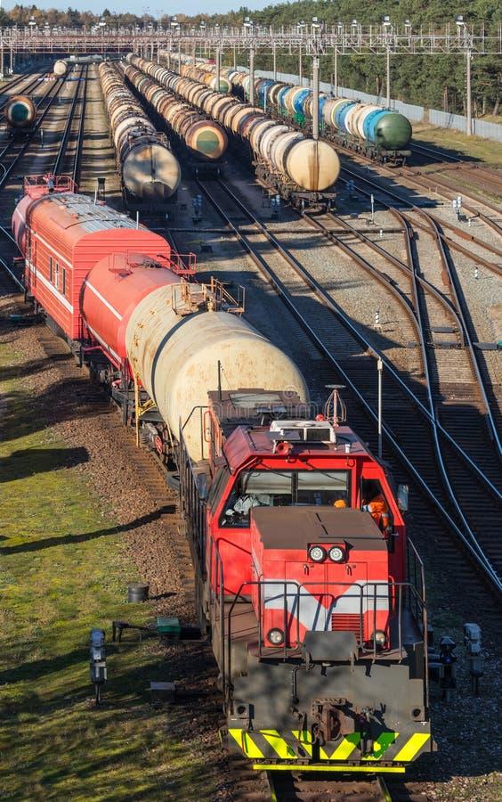 A support-par le train du feu sur le terminal de produits pétroliers est prêt à utiliser Terminal de stockage de produits pétroli photos libres de droits