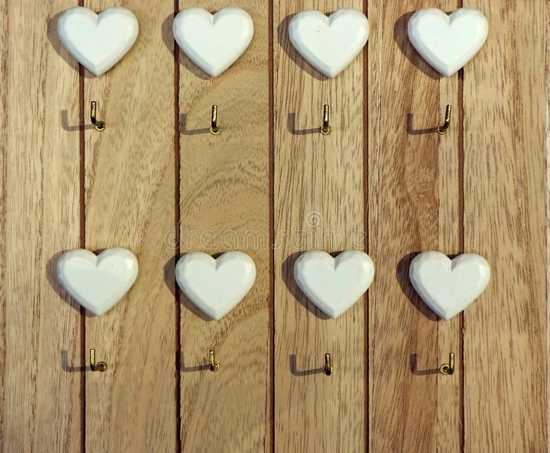 Support principal en bois pour le mur avec un coeur blanc au-dessus de chaque crochet AUCUN texte photos libres de droits