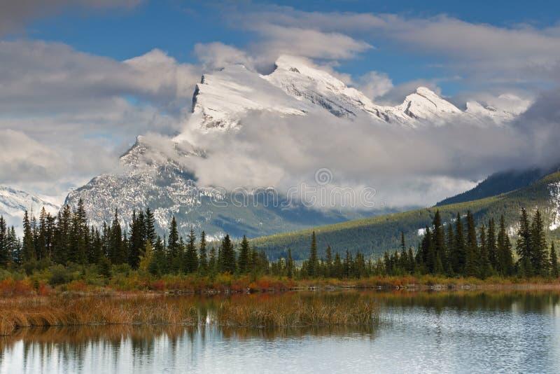 Support Rundle et lac vermeil, Canada photos libres de droits