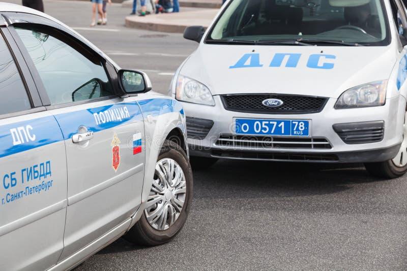 Support russe de voitures de police de la circulation sur la route photo libre de droits