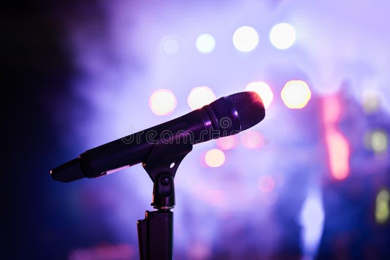Support sans fil de microphone sur le lieu de rendez-vous d'étape photographie stock libre de droits