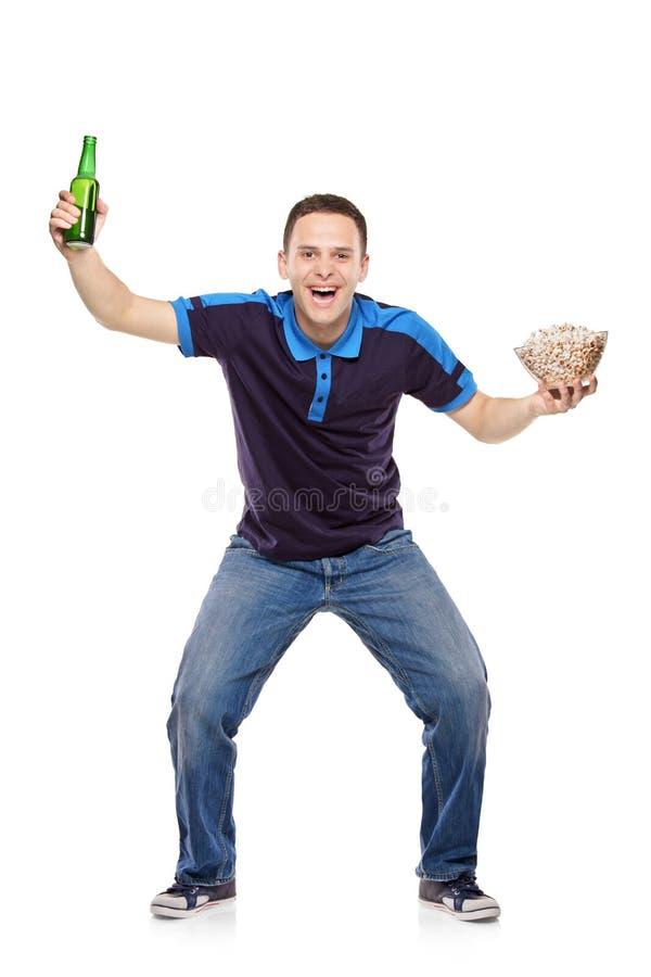Supporter avec une bouteille et un maïs éclaté dans des ses mains photos libres de droits
