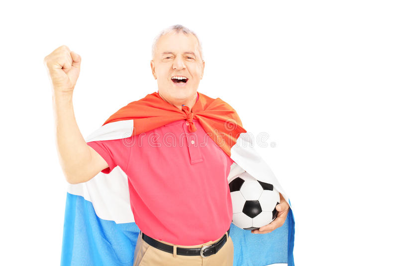 Supporter masculin supérieur, avec le drapeau néerlandais tenant un ballon de football et photos libres de droits