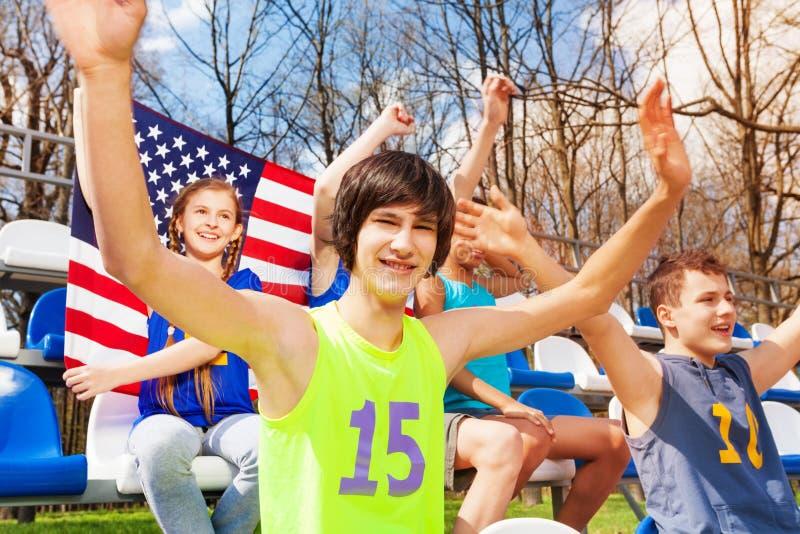 Supporters adolescents américains observant le jeu photos libres de droits