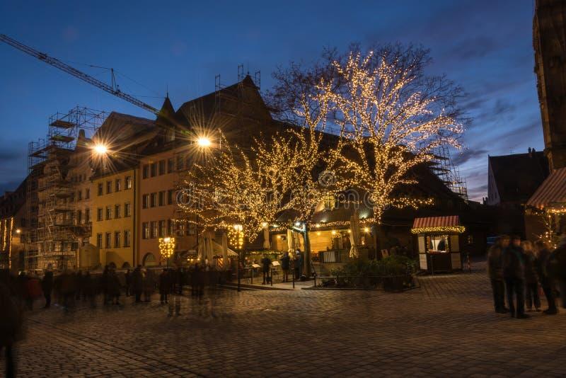 Supporti al mercato di Natale a Norimberga durante lo spirito blu di ora immagini stock libere da diritti