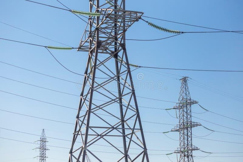 Download Supporti Del Trasporto Di Energia Strutture D'acciaio Immagine Stock - Immagine di alto, rete: 117981397