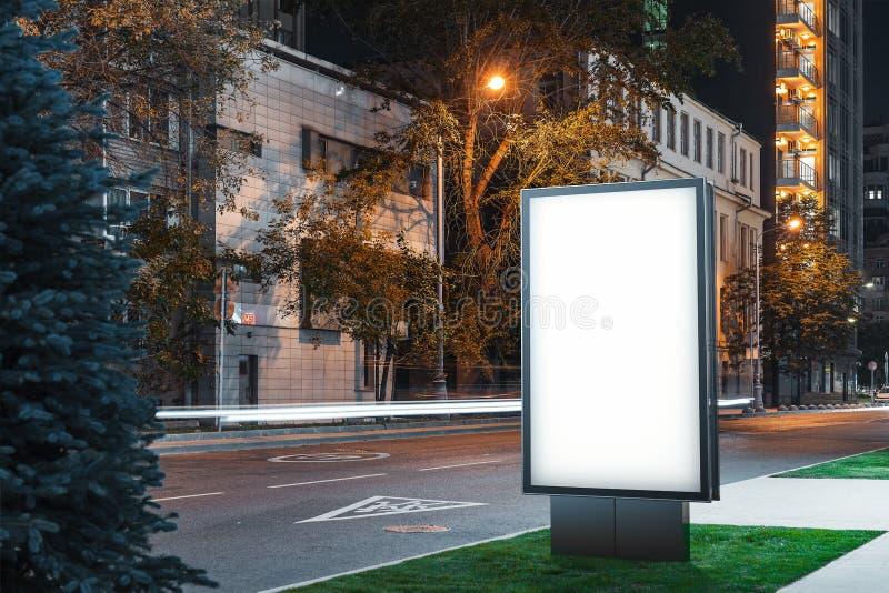 Supporto all'aperto bianco in bianco dell'insegna alla notte nella città, rappresentazione 3d immagine stock libera da diritti