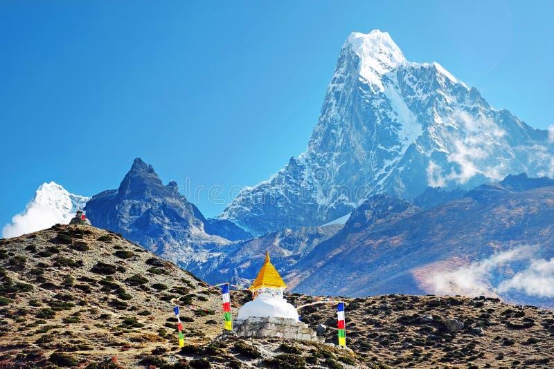 Supporto Ama Dablam con lo stupa vicino al villaggio di Pangboche ed al bello cielo nuvoloso - modo al campo base dell'Everest -  immagine stock libera da diritti
