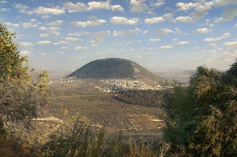 Supporto biblico Tavor ed il villaggio arabo fotografie stock